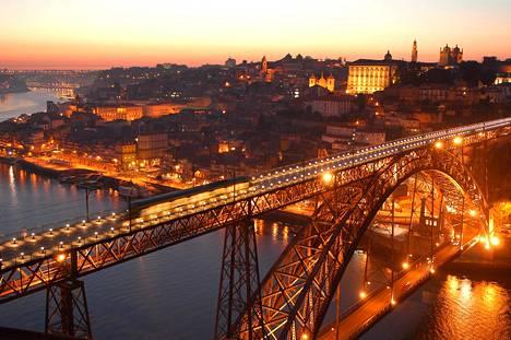 Joenvarsi on Porton viihtyisintä aluetta. Dom Luís I -siltaa pitkin voi kävellä viinikellareihin.