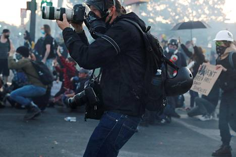 New York Timesin valokuuvaaja mielenosoitusten keskellä Minneapolisissa lauantaina.