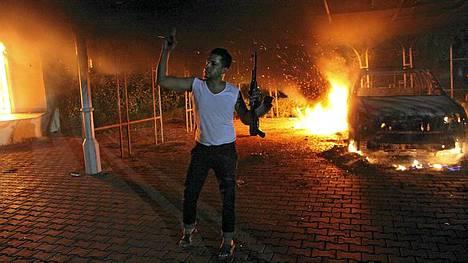 Asemies viittilöi Yhdysvaltain Bengasin-konsulaatin ulkopuolella myöhään tiistaina.
