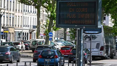 Näyttötaulu viestii ilmanlaadusta Lyonissa Ranskassa.