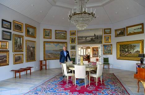 """Wiklöfin """"mökin"""" seinillä on muun muassa Helene Schjerfbeckin, Albert Edelfeltin, Axel Gallen-Kallelan ja Eero Järnefeltin teoksia. Taidekokoelma on yksi Pohjoismaiden laajimmista yksityiskokoelmista."""