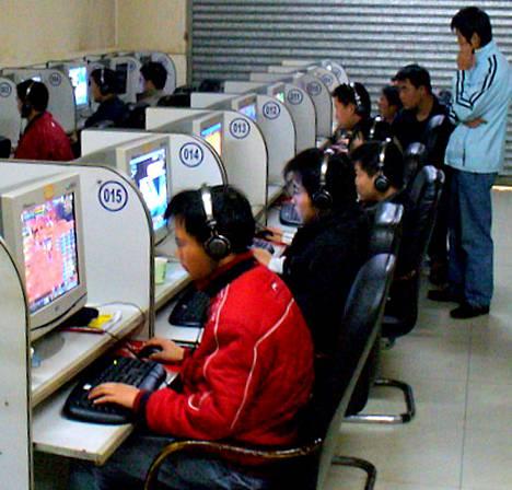 Kiinalaisessa internet-kahvilassa keskitytään pelaamiseen.