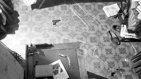 Toukokuu 1949: Helsinkiläisessä huoneistossa on tehty murha ja itsemurha. Vainajan sijainti piirretty lattiaan liidulla.