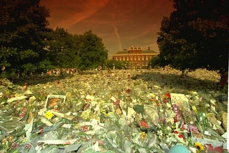 6. syyskuuta Lontoo hiljeni sydänten prinsessan hautajaisiin. Kensingtonin palatsin edusta oli täyttynyt kukkamerestä, ihmiset itkivät avoimesti.
