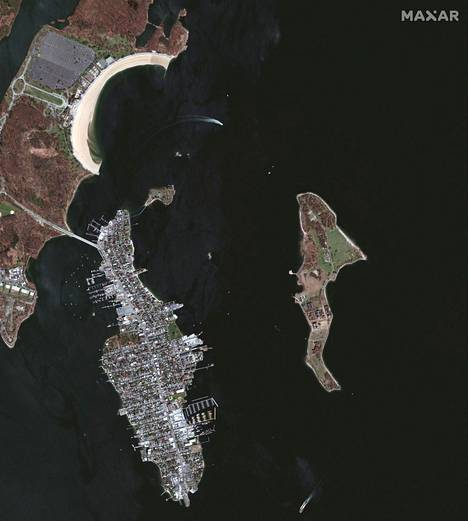 Hartin saari näkyy satelliittikuvassa oikealla.