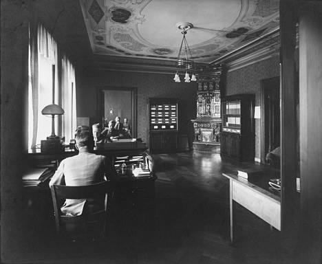 Puolustusministeriön virkamiehet ja yleisesikunnan upseerit työskentelivät talossa 1920- ja 1930-luvuilla.