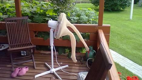 Marttila käyttää edelleen Pirkasta hoksaamaansa hyttystentorjuntakikkaa kotiterassillaan.