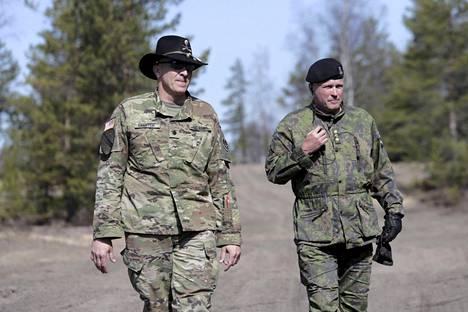 Everstiluutnantti Steven Gventer johtaa ratsuväkirykmentin eskadroonaa, eversti Pekka Järvi koko harjoitusta.