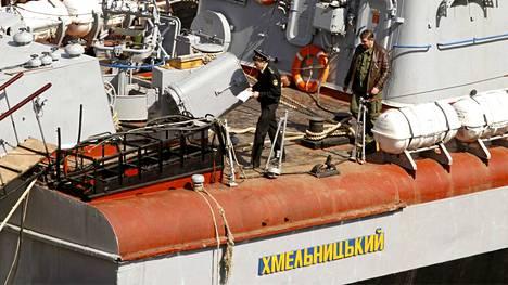 Venäläisiä merimiehiä nähtiin maanantaina Sevastopolin satamassa venäläisten valtaamalla Khmelnitsky-laivalla.