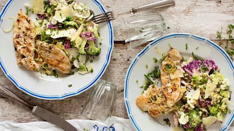 Paahdetuilla siemenillä ja juustolastuilla höystetty kukkakaalisalaatti on sekä rapea että ihanan mehevä.