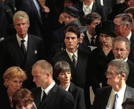 Hautajaisiin osallistuivat myös useat viihdemaailman tähdet, muun muassa Sting, Tom Cruise, Nicole Kidman ja Steven Spielberg.