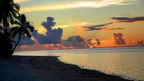 Aitutakin saarella kelpaa viettää aikaa oman kullan kainalossa auringonlaskua ihaillen.