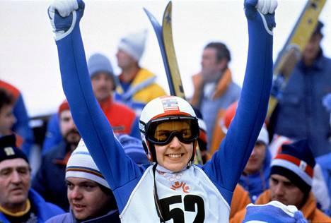 Matti Nykänen riemuitsi suurmäen voitosta Sarajevon olympialaisissa vuonna 1984.