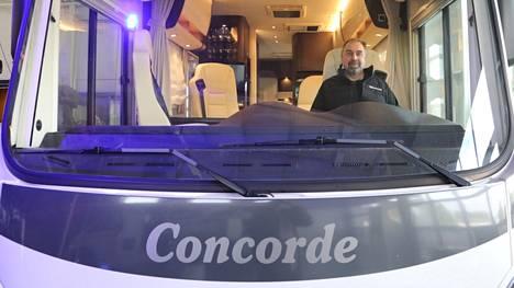 Lasse Sorvarin johtama Best-Caravan Oy on Pohjois-Euroopan suurin yksityisomisteinen karavaaniliike. Ruotsissa myydään kolme kertaa enemmän uusia matkailuajoneuvoja kuin Suomessa. Nyt Best-Caravan Oy aikoo hakea lisämyyntiä naapurimaasta.