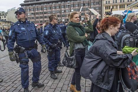 Poliisi ohjasi kahta mielenosoittajien ryhmää erilleen toisistaan.
