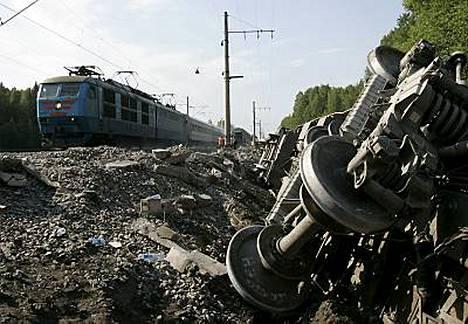 Noin kuusikymmentä ihmistä loukkaantui maanantaisessa junapommi-iskussa Venäjällä. Viranomaiset ovat pidättäneet kolme henkilöä epäiltynä yhteyksistä tapahtuneeseen.