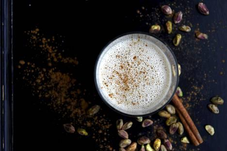Hunaja-kanelipirtelö valmistuu minuutissa tehosekoittimessa.