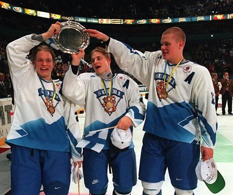 Pasi Petriläinen (vas.) sai juhlia peliurallaan muun muassa nuorten maailmanmestaruutta.