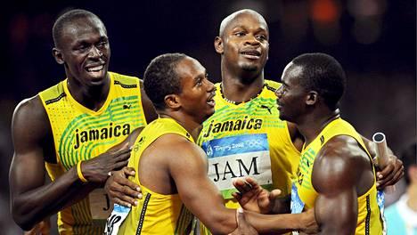 Jamaikan ilo Pekingin pikaviestivoittajana vaihtuu mitalien menettämiseen. Jamaikan joukkueessa juoksivat Usain Bolt (vas.), Michael Frater, Asafa Powell ja nyt kärynnyt Nesta Carter (oik.)