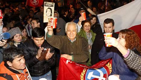 Kymmenet chileläiset saapuivat juhlimaan Santiagossa sotilassairaalan eteen kuultuaan pahamaineisen Manuel Contrerasin kuolemasta.