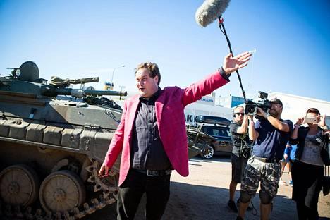 Jethro saapui juhliin panssarivaunulla.