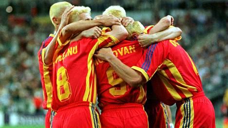 Koko Romanian joukkue oli blondannut hiuksensa MM-kisoihin 1998.
