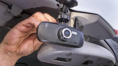 Huoltoon autonsa vienyt mies joutui sammuttamaan kojelautakameransa. Kojelaudalle ja tuulilasiin kiinnitettävät kamerat ovat Suomessakin yleistyneet viime vuosina.