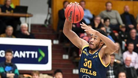 Elijah Stewart teki 22 pistettä, kun Seagulls voitti sarja-avauksessaan Ura-Basketin.