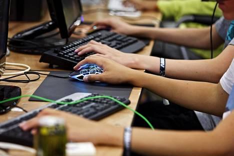Tietotekniikan alan töistä maksetaan hyvin koulutustaustasta riippumatta.