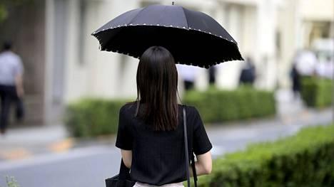 Tiistaina sateenvarjo ei välttämättä ole riittävä suojautumiskeino Tokion trooppista hirmumyrskyä vastaan.