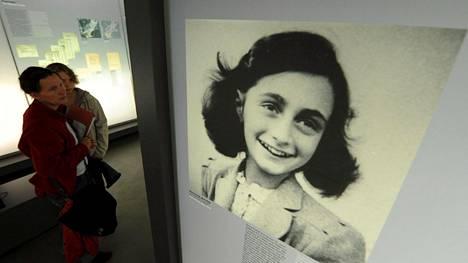 Valokuva Anne Frankista Bergen-Belsenissä, Saksassa sijaitsevassa muistopaikassa.