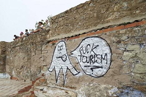 Barcelonan ja monen muun espanjalaiskaupungin kaduilta löytyy turisminvastaisia graffiteja.