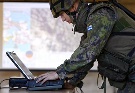 Tiedusteluun, alueiden valvontaan ja maalien paikannukseen käytettävien Orbiter-minilennokkien varusmieskoulutus on käynnissä seitsemässä Maavoimien joukko-osastossa. Kuvassa tehtävänjohtajan päätelaite.
