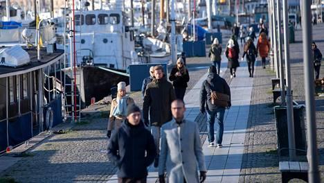 Ruotsissa ihmisiä kehotetaan välttämään ylimääräisiä kontakteja koronatartuntojen ehkäisemiseksi.