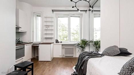 199 500 euron myyntihintainen, 18 neliön yksiö Helsingissä on kompakti ja tyylikäs. Lähes kolmen metrin huonekorkeus ja ikkunalaudat tuovat asuntoon runsaasti valoa ja väljyyttä.