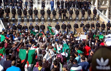 Kymmenet tuhannet Algerialaiset vastustivat perjantaina kaduilla presidenttinsä aikeita pyrkiä viidennelle kaudelle.