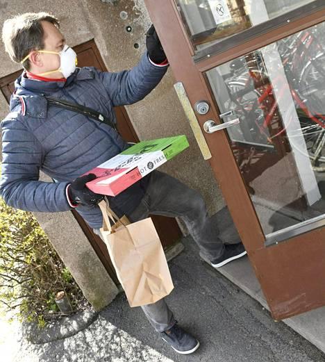 Suomenkin katukuvassa alkaa todennäköisesti näkyä entistä enemmän suojamaskien käyttäjiä, kun suuret keskusliikkeet saavat kotimaassa tehdyt kansanmaskinsa kohta kauppojensa hyllyille.