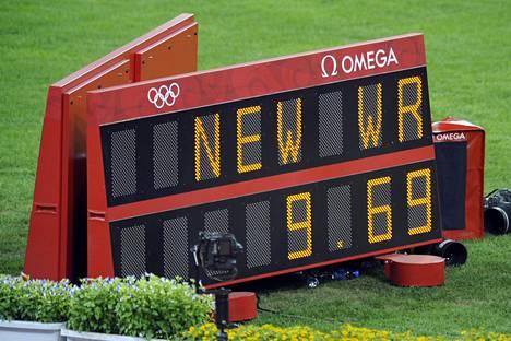 Usain Boltin Pekingin voittoaika pysyi maailmanennätyksenä seuraavaan kesään. Silloin hän paransi ME:n lukemiin 9,58 MM-finaalissa.