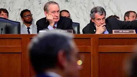 Senaattorit Mike Crapo ja Sherrod Brown kuuntelivat tiistaina Facebook-johtaja David Marcusin vastauksia kysymyksiin yhtiön suunnittelemasta Libra-valuutasta.