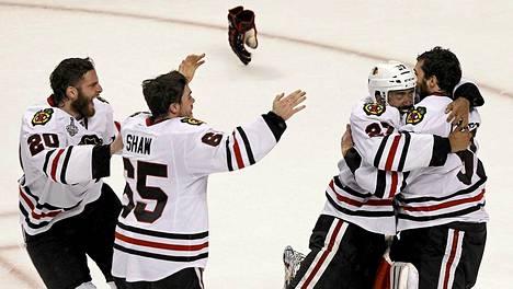 Chicagon pelaajat juhlivat Stanley Cupin voittoa villisti.