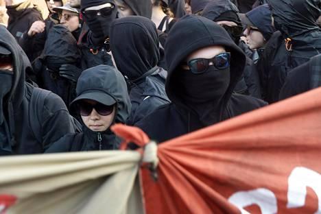 Osa mielenosoittajista peitti kasvonsa.