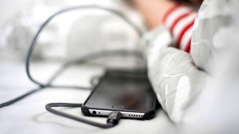 Makuuhuone ja etenkin sänky on huonoin paikka ladata kännykkää. Sitä ei pitäisi tehdä myöskään nukuttaessa.
