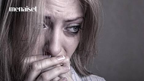 Huono itsetunto saa usein käpertymään kuoreen.