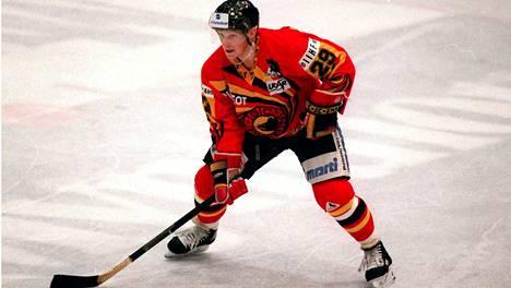 Reijo Ruotsalainen pelasi Bernin paidassa Jokereita vastaan Euroopan cupissa 1992.