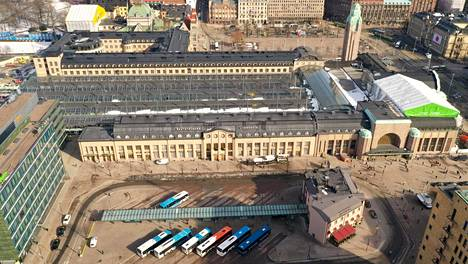 Helsingin päärautatieasemalla puukotettiin maanantai-iltana yhtä henkilöä, joka kuoli saamiinsa vammoihin.