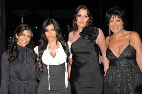 Kourtney, Kim, Khloe ja Kris Jenner kuvattuna vuonna 2007, kun perheen tosi-tv-sarja alkoi.