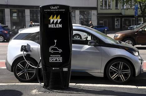 Sähköautojen vero laskee vuodenvaihteessa 2,7 prosenttiin.
