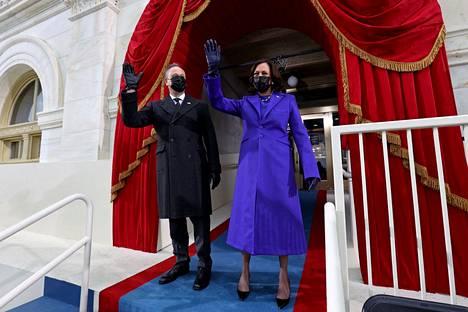 Kamala Harris pukeutui violettiin, koska se on naisten äänioikeuden puolesta taistelleiden väri.