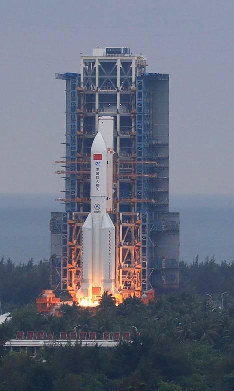 Varsinaisen kantoraketin neljä sivurakettia irtosivat aiemmassa vaiheessa, mutta jopa 30-metrinen kantoraketti päätyi Maan kiertoradalle.