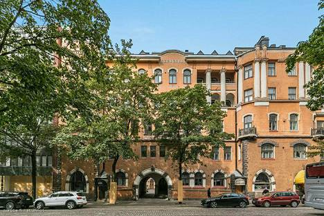 Helsingin Bulevardilla sijaitsevassa arvotalossa on kymmenkunta erilaista ikkunamuotoa, doorilaiset pylväät ja kaartuvat parvekkeet.